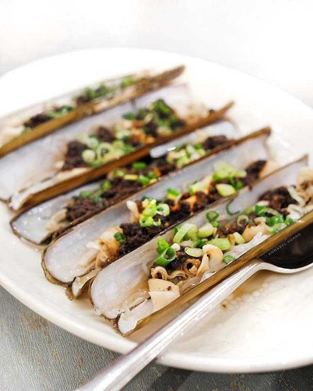 This probably isn't an uncommon dish in Chinese restaurants, but I really appreciate the Steamed Scottish Razor Clam in Korean Black Garlic (S$11+/pc) served at The Chinese Kitchen.