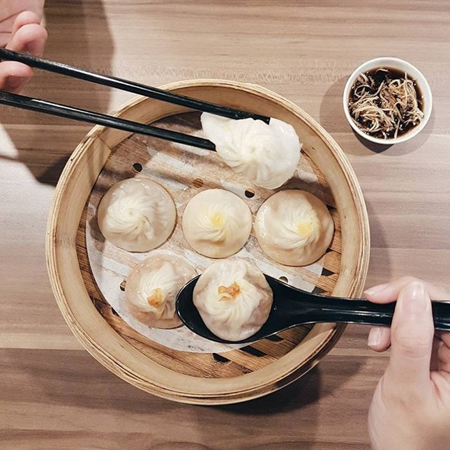 📍 Ju Hao Xiao Long Bao (Tiong Bahru Plaza)⚊In picture is their 3 in 1 XLB ($8) which has their signature Xiao Long Bao in 3 flavours - original, salted egg yolk and chilli crab.