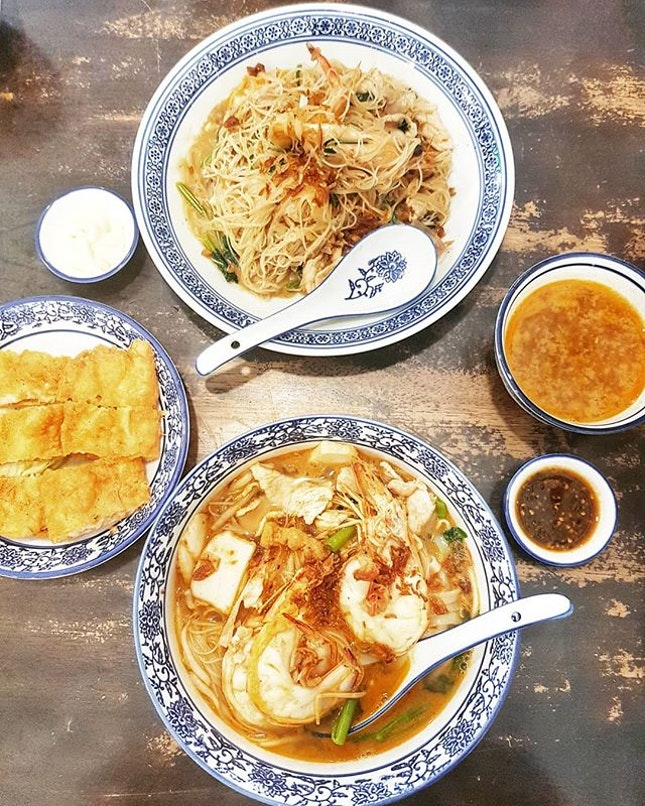Big prawn noodles 🦐  You HAVE to try their signature dish (top-most in picture) - white beehoon simmered in rich prawn broth.