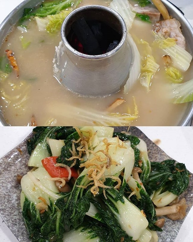 s0upy s0upy fish head steamb0at f0r é n0t s0 well me + yummy greens~é 0nes in é s0up t00 salty lah • • • • • • • • • • #hawkerfood #hualongfishheadsteamboat #sgfood #sgfoodie #sgfoodies #sgeats #sgeatout #sgig #igsg #foodporn #foodspotting #foodinsing #foodie #jiaklocal #burpple #burrplesg #tslmakan #swweats #hungrygowhere #weeloysg #yoloeat #魚頭爐 #amkeats