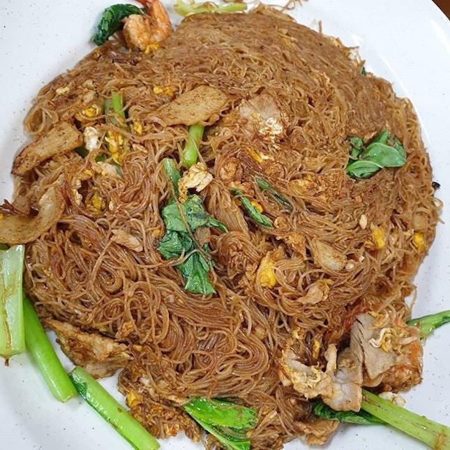 zichar dishes never fails 😋 ✦三楼米粉 ✦咖哩山猪肉 ✦叁吧炒啦啦 ✦甘香鱼片 ✦炸苏东仔 💰 RM 118.2O including Chinese Tea & GST • • • • • #阿明家乡三楼干米粉 #三楼米粉 #hawkerfood #jbfood #sgfoodie #sgfoodies #jbeats #sgig #igsg #foodgasm #foodporn #foodspotting #foodie #whati8today #jiaklocal #burpple #hungrygowhere #zichar #tb #shiokfoodfind #alexizumitravels #izumitravels #itraveltoeat #wetraveltoeat