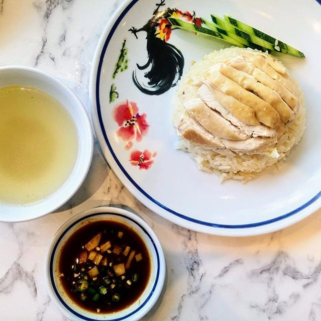 [Go-Ang Kaomunkai Pratunam] - Established in 1960 as a food stall specialising in Hainanese chicken rice in the Pratunam district of Bangkok and awarded a Michelin Bib Gourmand award in 2018.