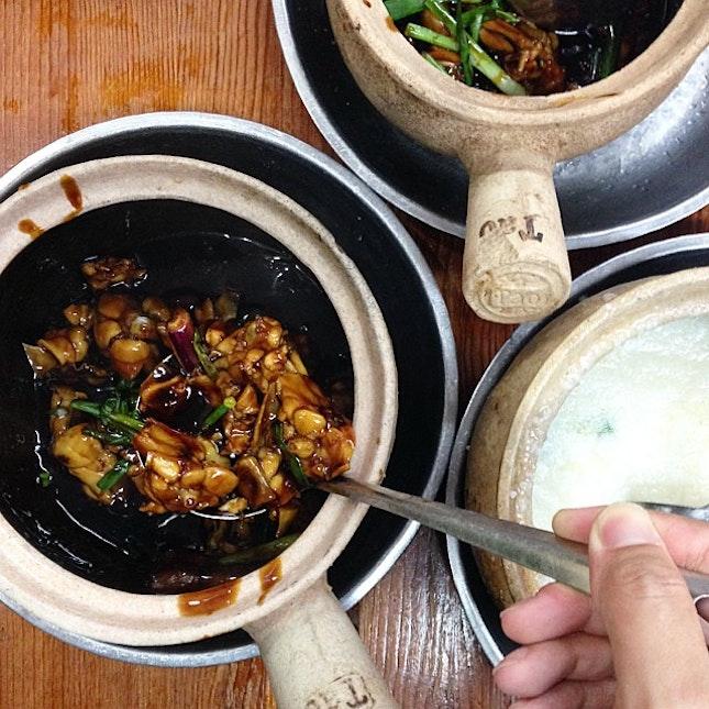 Having dinner at Sin Ma Claypot Live Bull Frog Porridge.