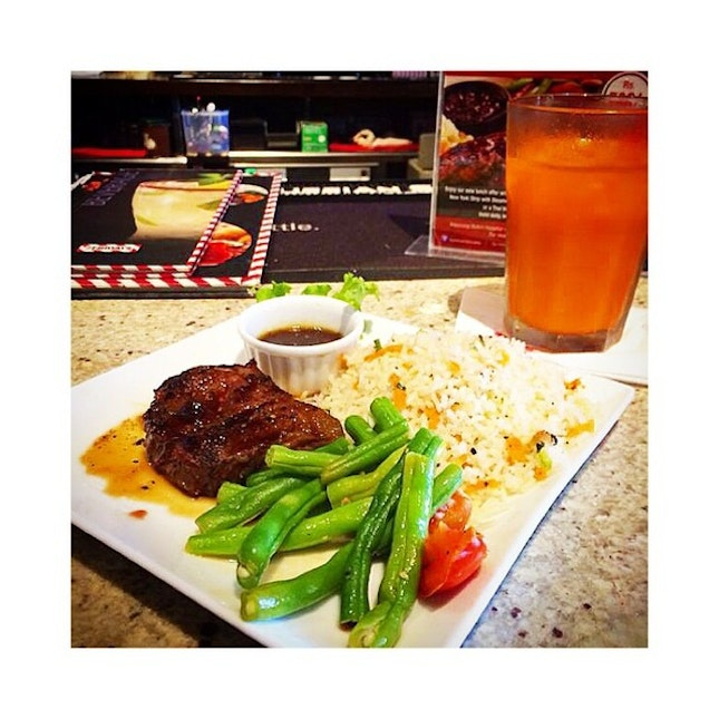Healthy...somewhat...not really 😜 #Steak #Beef #TGIFridays #SriLanka #Food #FoodPorn #Beans #CarrotJuice #Healthy #MaybeNotSoHealthy #JackDanielsSauce