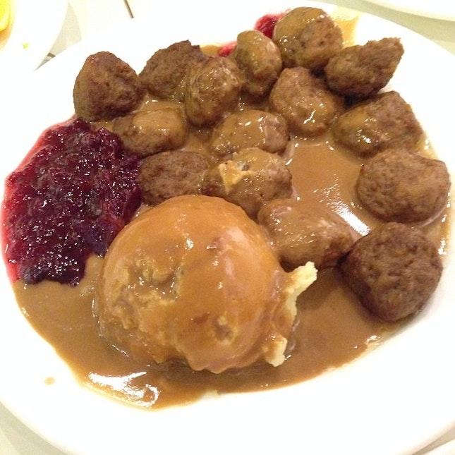 Swedish meatballs #swedish #meatballs #ikea #pork #beef #gravy #mashedpotato #cranberry #sauce #jam #nofilter #latepost #dinner #fat #food #foodpic #foodporn #instapic #instatag #instadaily #instafood #potd #igfame #iphone5c #singapore