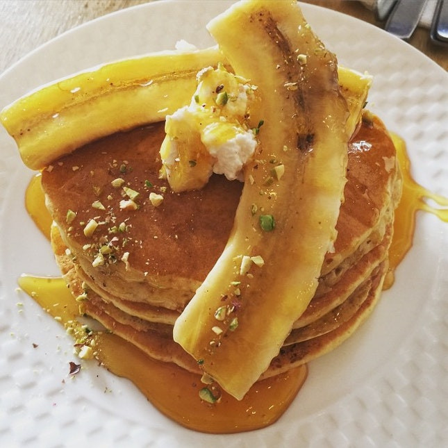 A pity they ran of of honeycombs, pretty sure it'd  have perfect this pancake stack with bananas, ricotta cheese, honey and crushed pistachio.