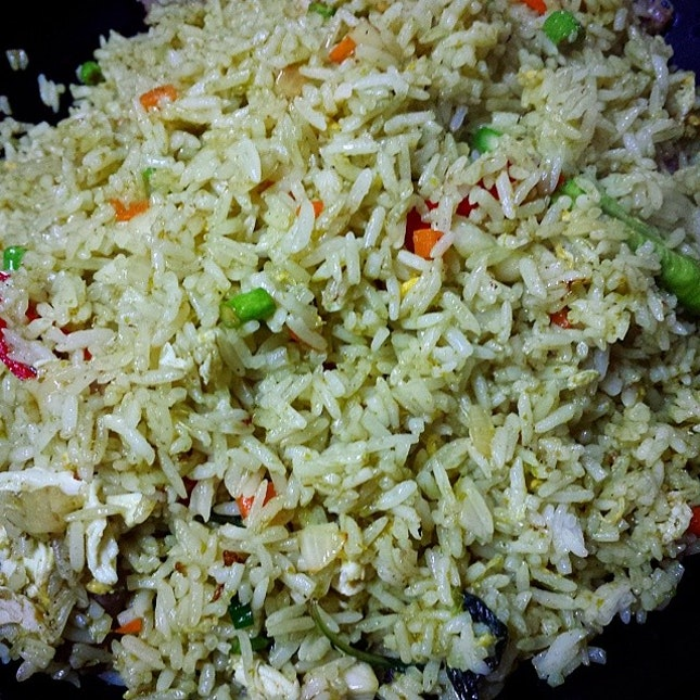 Green curry fried rice with sliced beef.