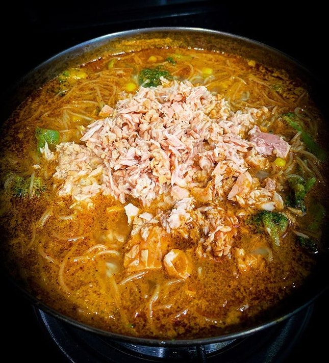 When you didn't get to go home this CNY, so you settled for instant Sarawak laksa instead...in need of some serious lovin' before Monday arrives.