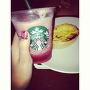Raspberry black currant and quiches smoked beef w/ @carerabella 👭 #friend #starbuck #eat #drink #potd